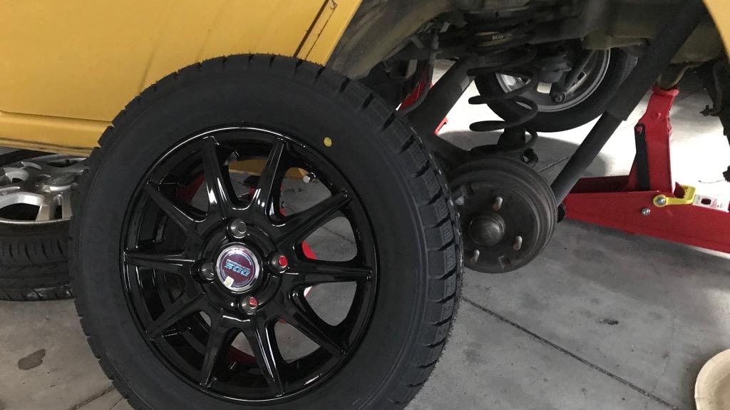 新しいタイヤを取り付ける図
