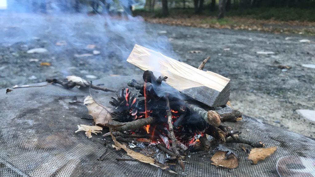 薪のデメリット:煙が出るので、服ににおいがつく