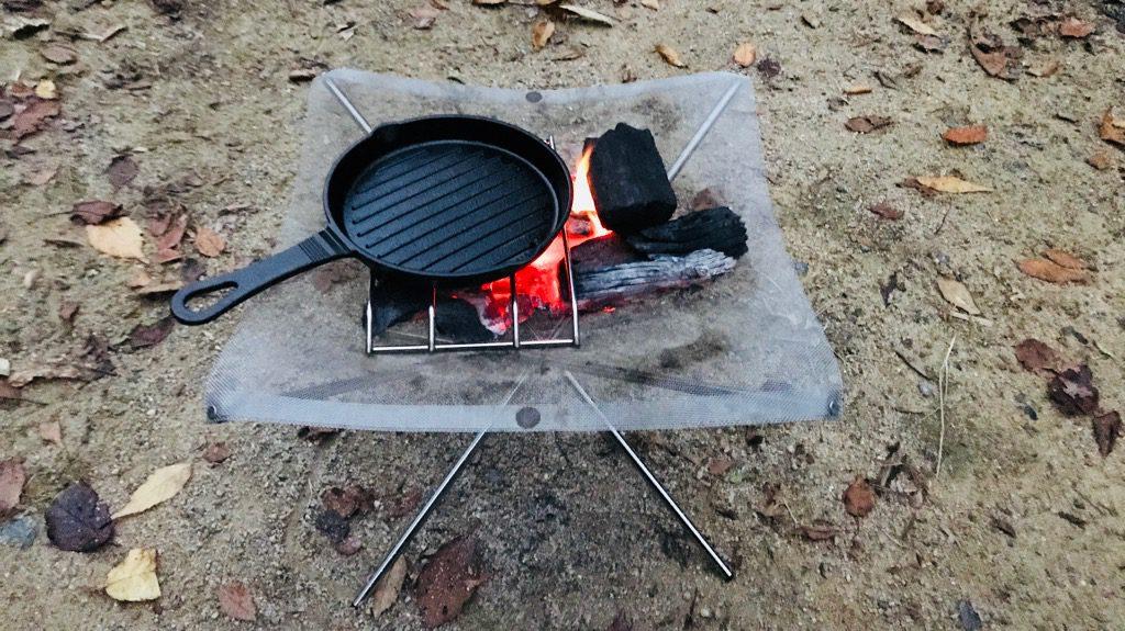炭火のデメリット:薪と比べて炎が上がらないので、あまりあたたかくない
