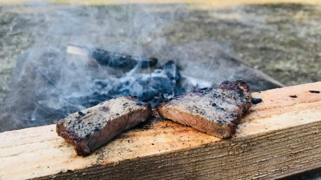 肉を炭火で直焼きする方法・手順・感想:炭を平らに並べ、肉を焼く