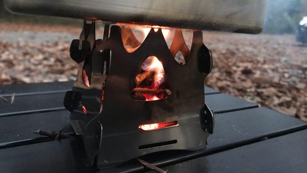 SOTO ミニ焚き火台テトラ実際の使用感:横から枝や薪を入れにくく、火力維持が難しい