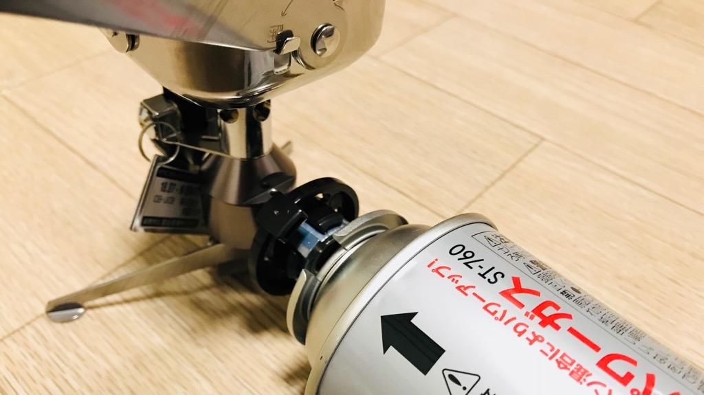 イワタニ ジュニアコンパクトバーナーの使い方・使用感:CB缶をセットする