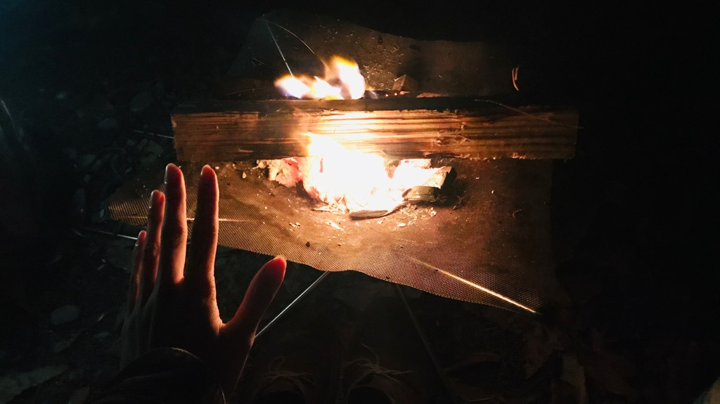 炭火のメリット:火持ちがとても良い、焚き火と一緒に入れておくと捗る