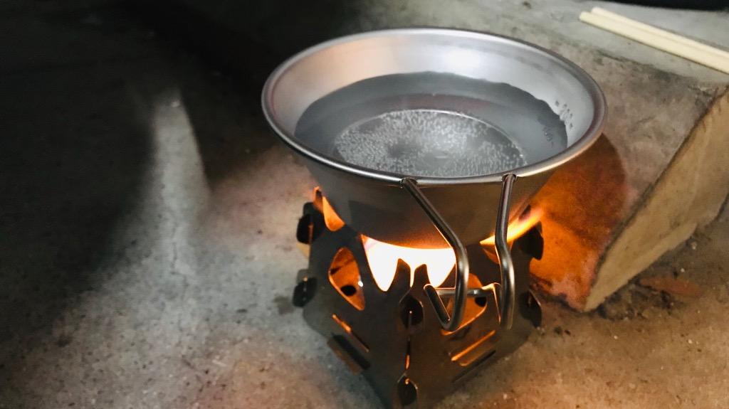 シェラカップの使い方:直接火にかけてお湯を沸かす
