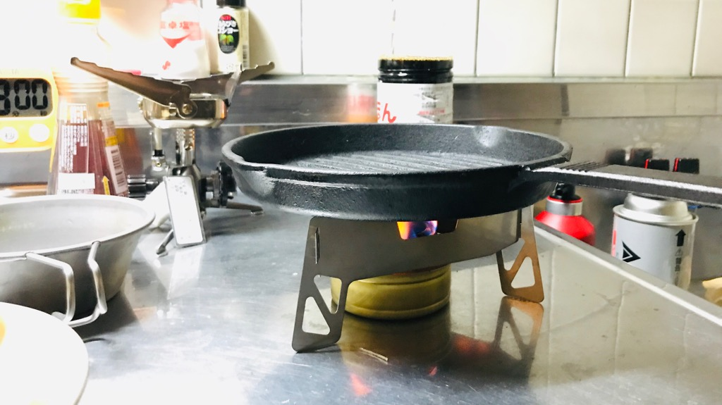 イワタニプリムス トライアングルグリッドのメリット・良いところ:鍋やフライパン乗せられる、高い安定感