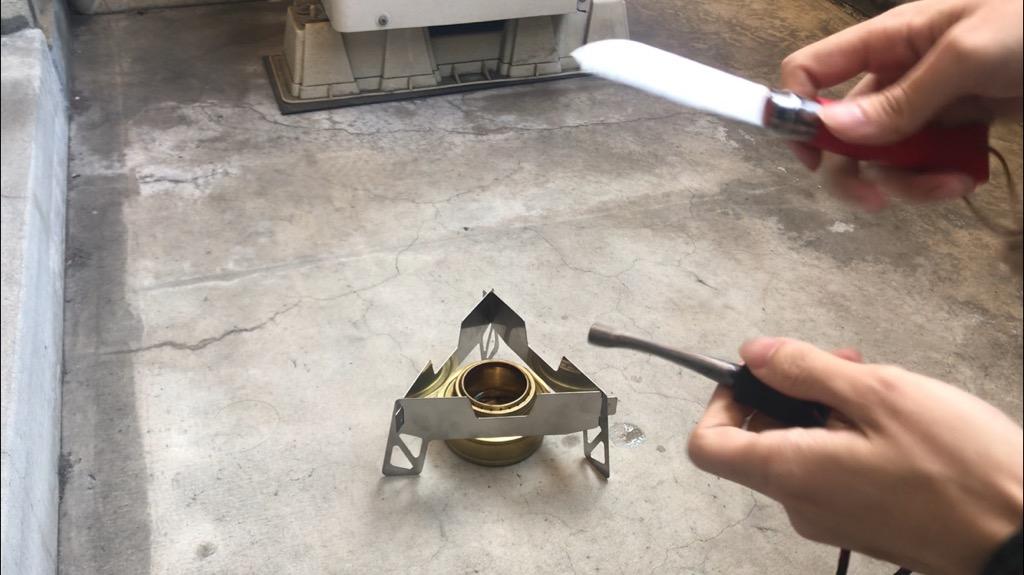 アルコールバーナーの燃焼方法:アルコールを注ぎ、火をつける