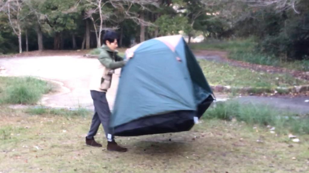 ワンポールテントはドーム型と異なりペグ留めが必須、自立しない