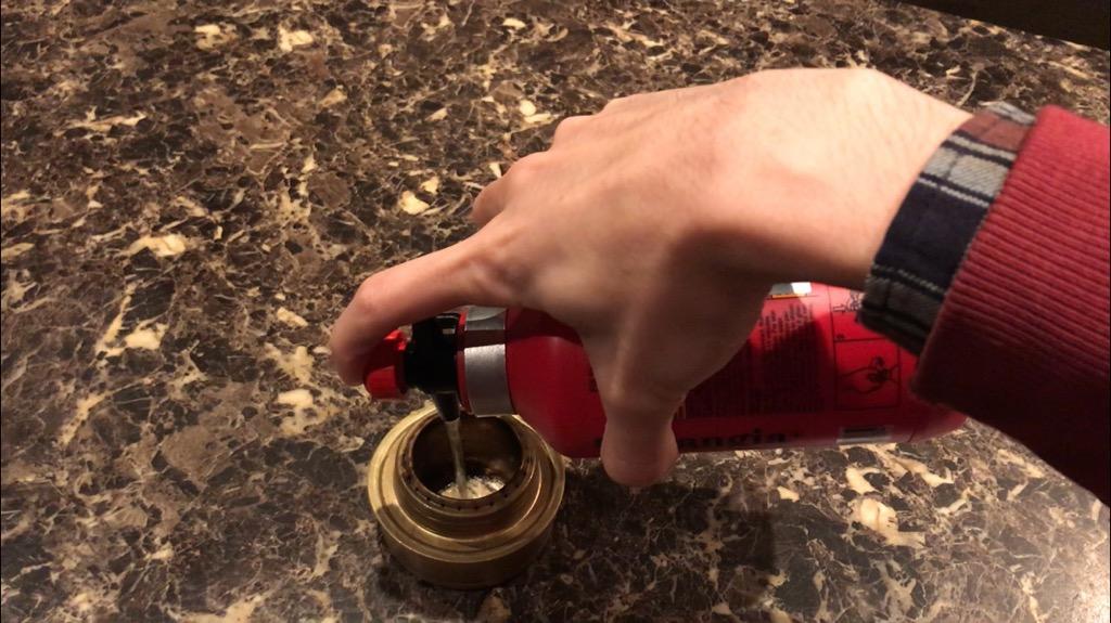 トランギア フューエルボトルの使い方・使い心地:使い方:蛇口を開けて、押し込みながら傾ける