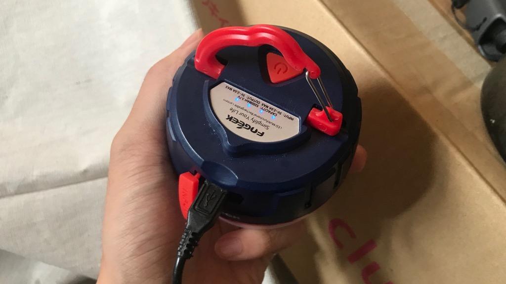 モバイルバッテリーにもなるFOGEEK LEDランタンは一台何役にもなるので便利!