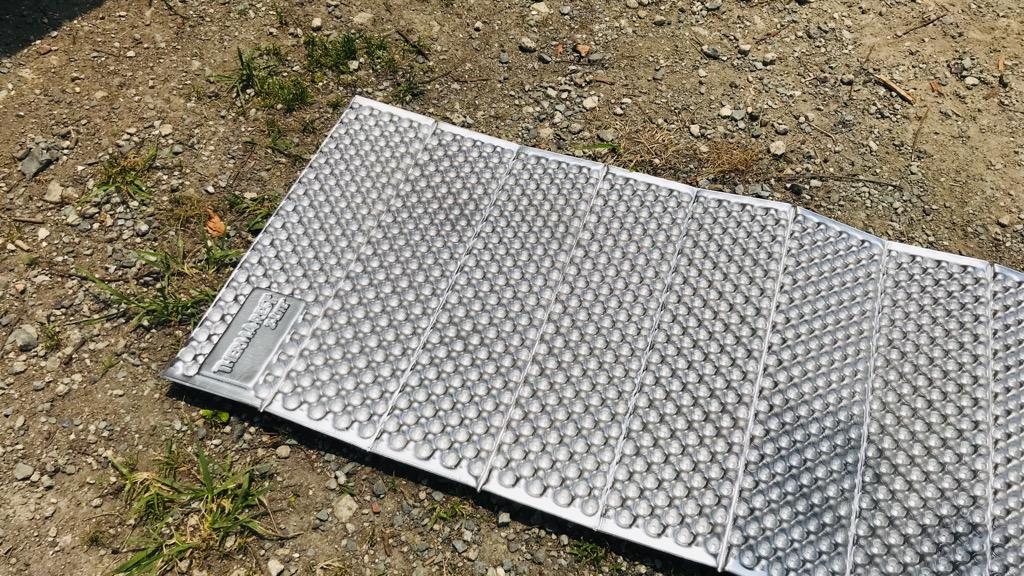サーマレスト Zライトソルの外観:アルミの銀色がいい感じ、広げると結構デカい