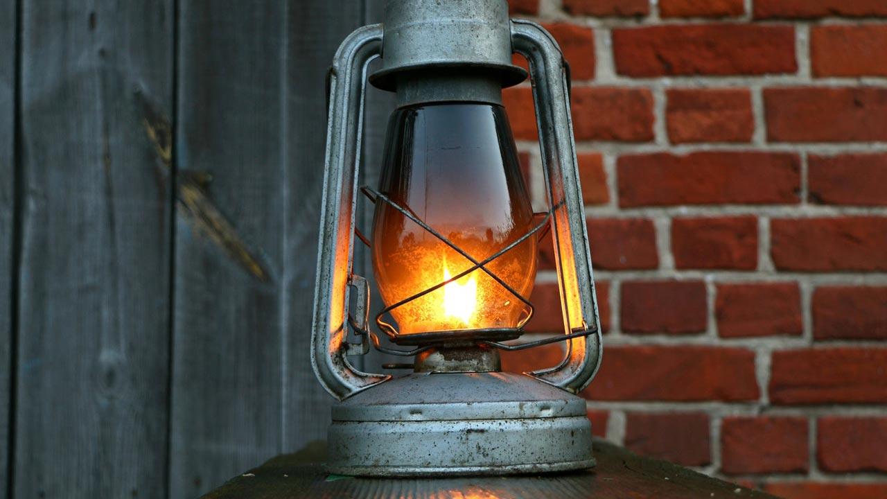 オイルランタン:優しく揺れる炎を楽しむタイプ