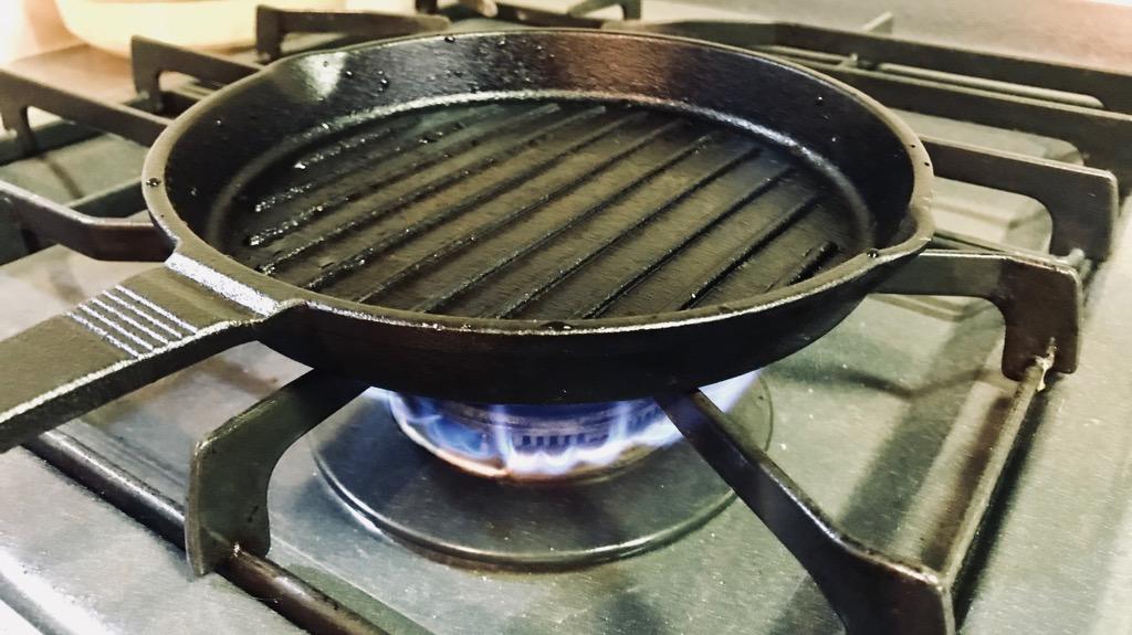 スキレットとは鋳鉄製のフライパンのこと